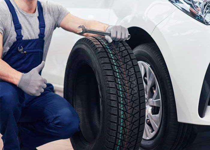 ¿Por qué un neumático más ancho se agarra menos en una superficie mojada?