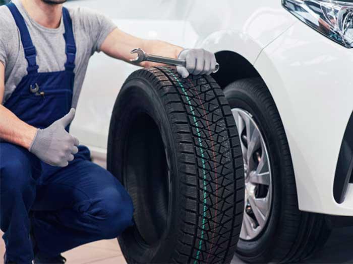 Por qué un neumático más ancho se agarra menos en una superficie mojada